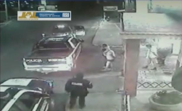 Imagem de câmera de segurança mostra três homens de cueca sendo escoltados para fora de um hotel no México. Eles foram encontrados mortos por asfixia e espancados. A imagem foi tirada em 20 de janeiro e divulgada nesta quinta (14) (Foto: AP)