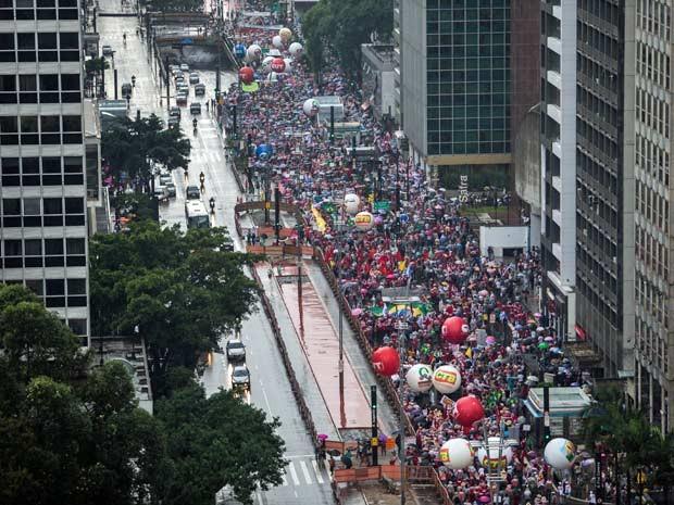 CUT diz ter reunido 100 mil; PM fala que 12 mil estiveram no ato. (Foto: Tiago Queiroz/Estadão Conteúdo)