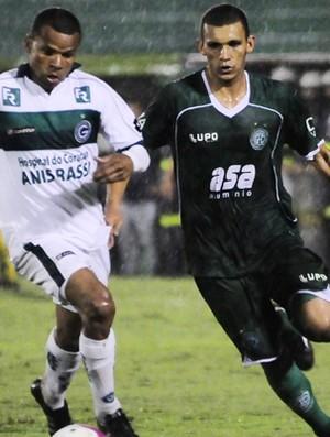 Bruno Recife tenta passar por marcador do Goiás, na derrota do Guarani (Foto: Rodrigo Villalba / Memory Press)