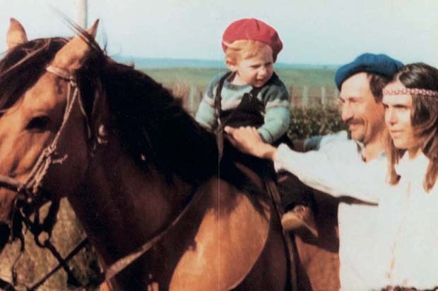 A young Gabriela learning to ride with her parents at their ranch in Uruguay (Foto: GABRIELA HEARST)