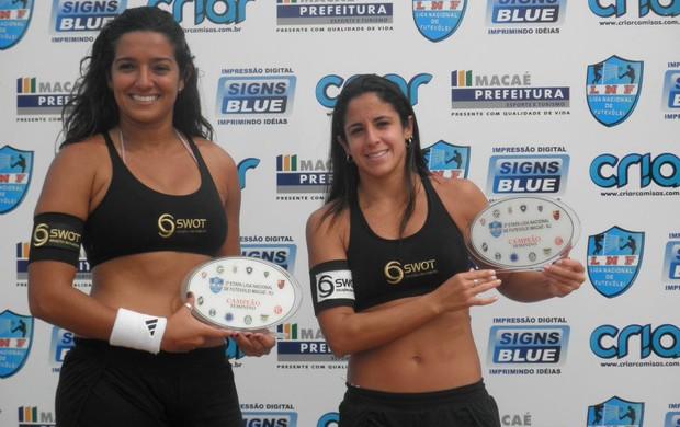 Lana e Patricinha com troféus de campeãs da etpa de Macaé da Liga Nacional de Futevôlei (Foto: Divulgação / LNF)