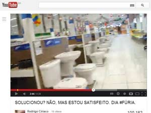 Escritor e professor destruiu itens em loja e postou vídeo na web (Foto: Reprodução)