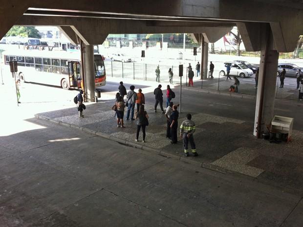 Alguns passageiros aguardam no terminal Barra Funda na manhã deste sábado (7) (Foto: Letícia Mendes/G1)