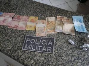 Dinheiro e drogas foram apreendidos pela Polícia Militar (Foto: Divulgação/PM-TO)