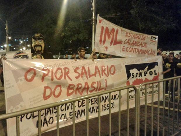 Policiais carregaram faixas com frases, entre elas pior salário do Brasil (Foto: Gabriela Lisbôa/TV Globo)