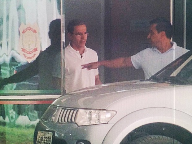 O ex-senador Luiz Estevão deixa o Instituto Médico Legadl de Brasília após passar por exame de corpor de delito (Foto: Guilherme Timóteo/TV Globo)