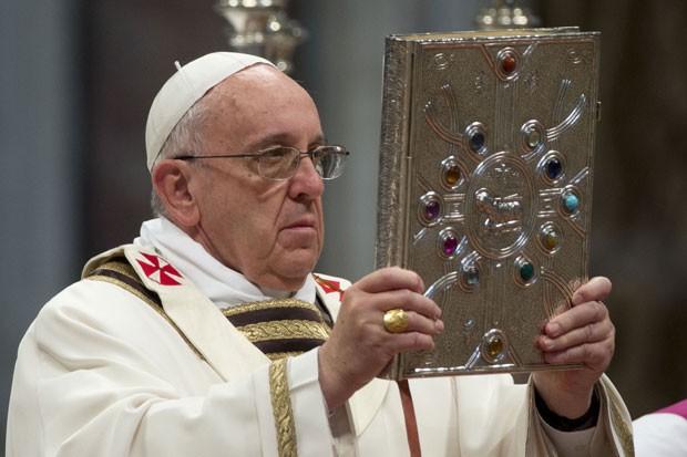 Papa Francisco celebra missa da Semana Santa na Basílica de São Pedro nesta quinta-feira (17) (Foto: Andrew Medichini/AP)