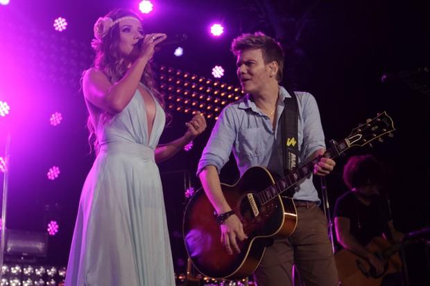Michel Teló canta com Paula Fernandes em gravação de DVD (Foto: Francisco Cepeda e Léo Franco/ Ag. News)