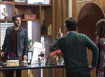 Camila e Enéas flagram Giovanni vasculhando o Grand Bazzar
