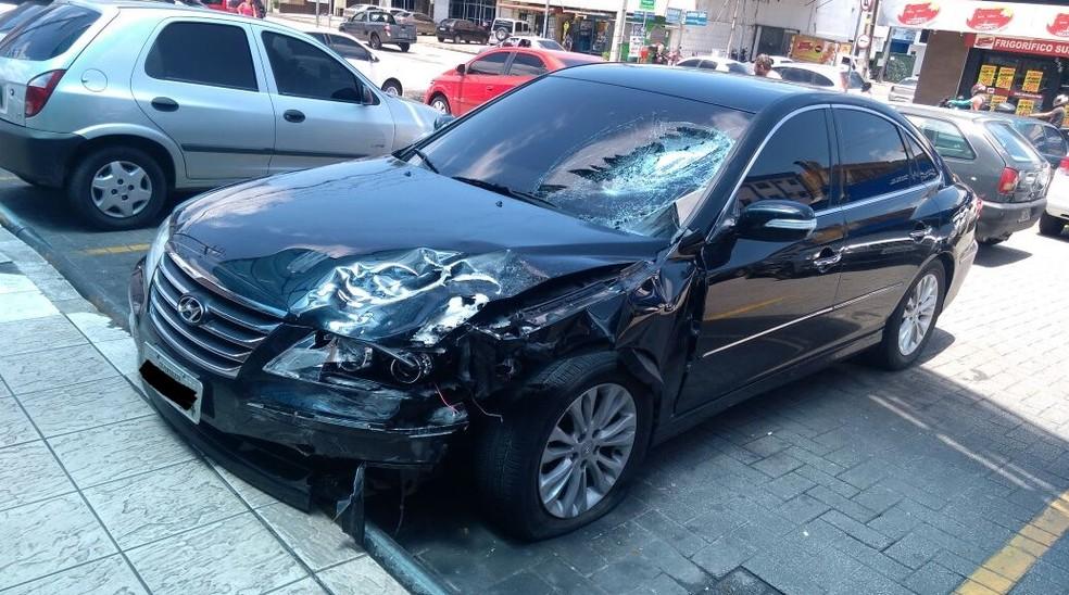 Carro foi abandonado em um supermercado após a colisão (Foto: Divulgação)