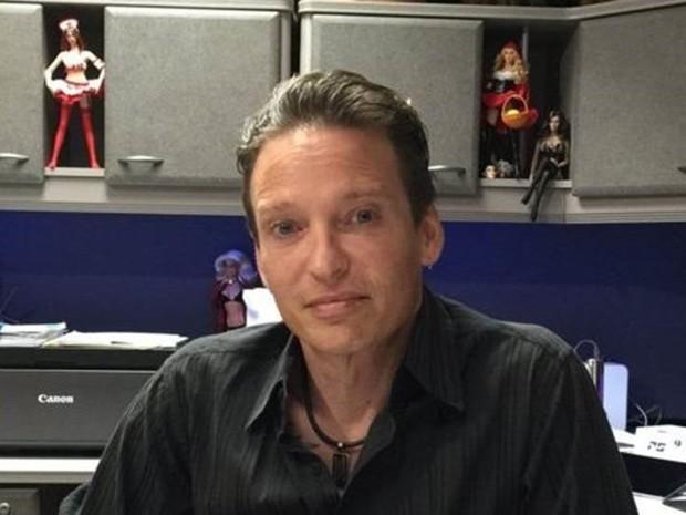Matt McMullen, criador da Real Dolls, começou com miniaturas de bonecas que decoravam seu escritório na Califórnia (Foto: BBC Mundo)