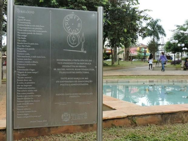 Placa com o poema escrito por Michel Temer na praça central  (Foto: Caio Gomes Silveira/G1)