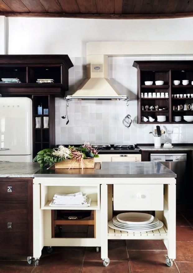 Cozinha. Mobiliado com simplicidade, o espaço conta com utensílios contemporâneos como a geladeira Smeg e o fogão a gás Aga (Foto: Greg Cox / Bureaux)