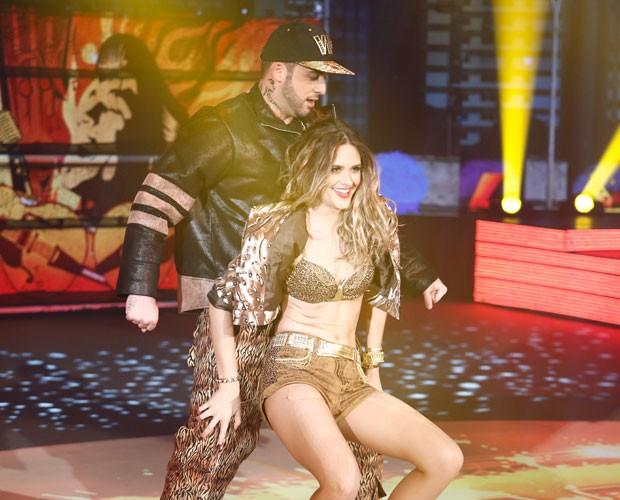 Juliana Paiva ensaia coreografia com o professor Átila Amaral (Foto: Fábio Rocha/TV Globo)
