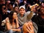 Mila Kunis circula com novo anel e gera rumor de casamento com Kutcher
