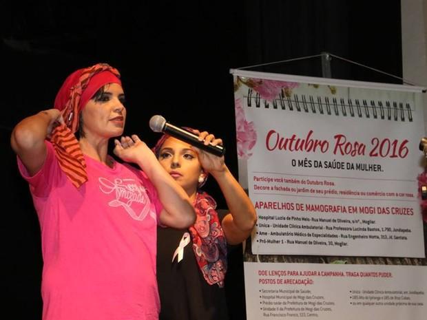 Francesca Valenti ensinando a fazer amarração de lenço durante um evento contra o câncer em Mogi (Foto: Francesca Valenti/ Arquivo Pessoal)