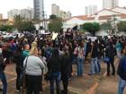 Com dias contados, contratados na capital de MS protestam por concurso