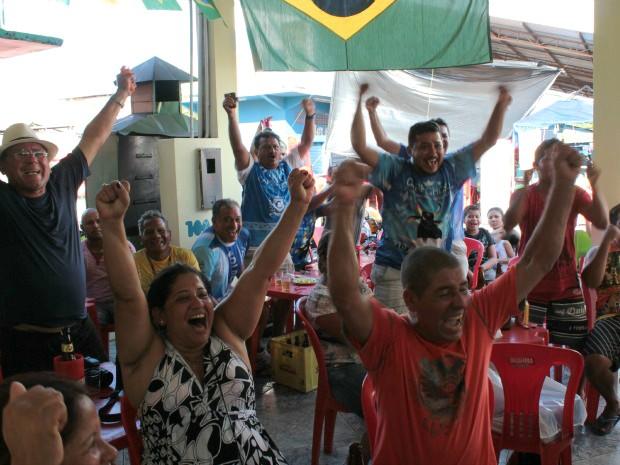 Torcedores de Parintins durante o jogo do Brasil contra Uruguai (Foto: Marcos Dantas/G1 AM)