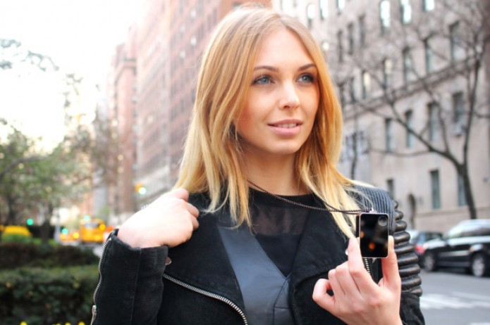 Discreta e leve, a câmera pode ser transportada como um pingente (Foto: Divulgação/Perfect Memory)
