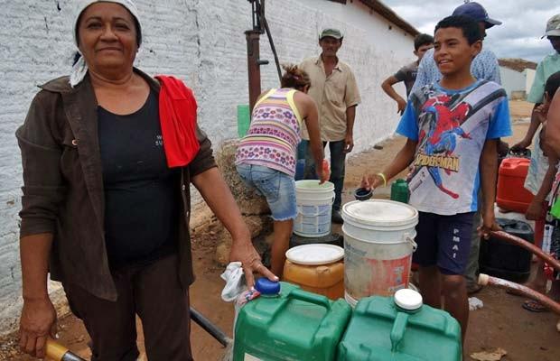 Maria Vilma de Souza faz várias viagens por dia para pegar água. 'Moram 12 pessoas lá em casa, é muita gente para beber, tomar banho', contou. (Foto: Luna Markman/G1)
