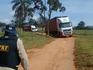 Carretas abandonadas em estrada de terra, no Alto Paranaíba (Foto: PRF/Divulgação)