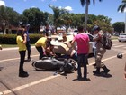 Mulher fica debaixo de carro após colisão próximo à faixa de pedestres