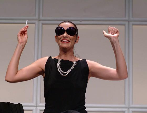 Mônica em cena da peça Os homens são de Marte...E é pra lá que eu vou, um dos maiores sucessos do teatro brasileiro (Foto: Livio Campos)