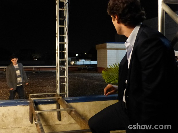 Laerte desafia André a passar por trilho que ele passou (Foto: Em Família / TV Globo)