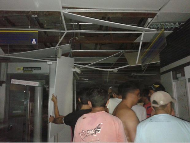 Com a explosão, o prédio da agência bancária ficou destruído. Mesmo com a forte explosão, a quadrilha não conseguiu levar o dinheiro. (Foto: Reprodução/TV Verdes Mares)