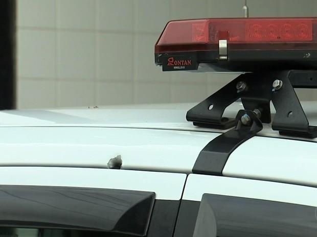 Viatura foi alvejada por criminosos em Itatiba (Foto: Reprodução/TV TEM)