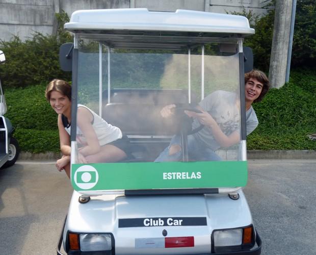 Casal de Malhação brinca no carrinho do Projac (Foto: Nathália Gomes/Gshow)