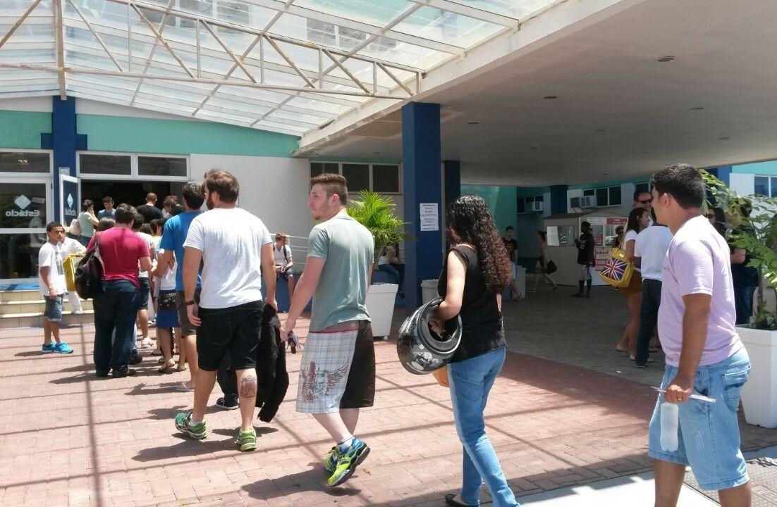 Portões abriram às 12h e alunos começaram a entrar na universidade Estácio de Sá, São José (Foto: Joana Caldas/G1)