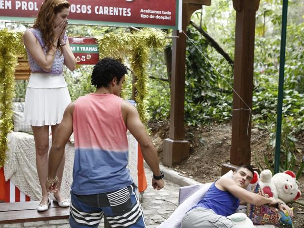 Gaby fica chocada com a briga entre os dois (Foto: Fábio Rocha/ Gshow)
