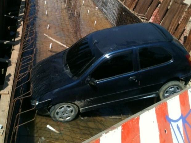 Um veículo caiu em uma vala de uma obra de drenagem na Avenida Cônego de Castro, no Bairro Presidente Vargas, por volta das 2 horas da madrugada deste domingo (25). Segundo testemunhas,   (Foto: Tereza Tavares/TV Verdes Mares)