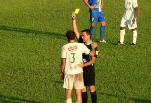 Árbitro Leandro Oliveira, em partida no estádio Delfinão (Foto: Paulo Júnior/TV Lobão)