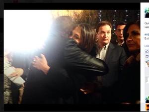 Carlos Villagran abraça Florinda Meza em velório (Foto: Reprodução/Facebook)