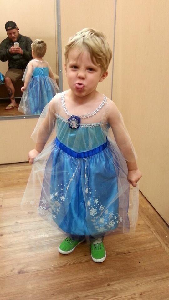 O garoto escolheu sua fantasia: Elsa, de Frozen (Foto: Reprodução/ Facebook Paul Henson)