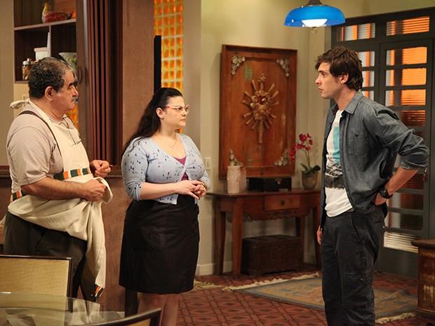 Vicente e Bia informam a Caíque que Laura saiu com Marcos (Foto: Carol Caminha/Gshow)
