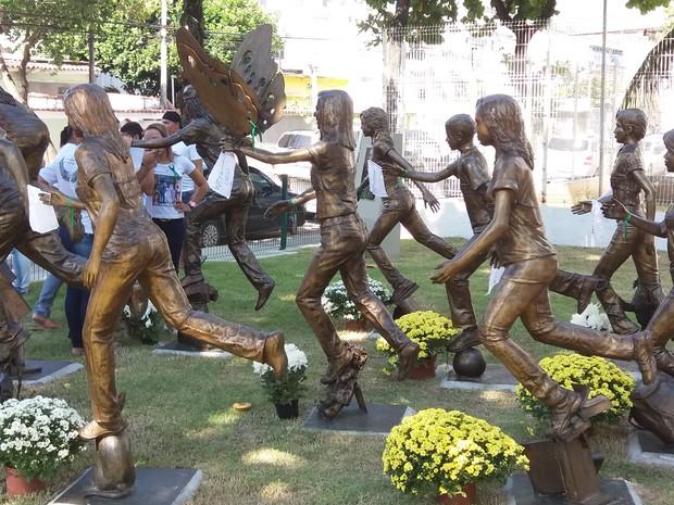 Emoção marca homenagem aos jovens mortos na tragédia de escola em Realengo há 5 anos  (Foto: Janaína Carvalho/G1)