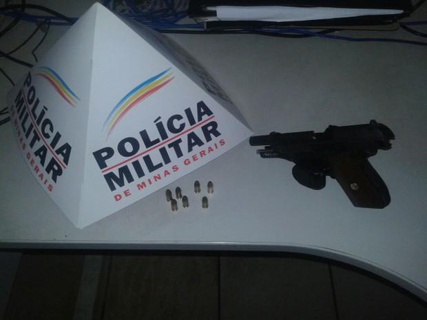 PM apreendeu uma pistola e seis munições (Foto: Polícia Militar/ Divulgação)