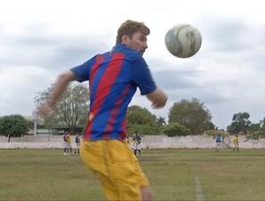 Sósia do Messi batendo bola (Foto: Reprodução/TV Anhanguera)