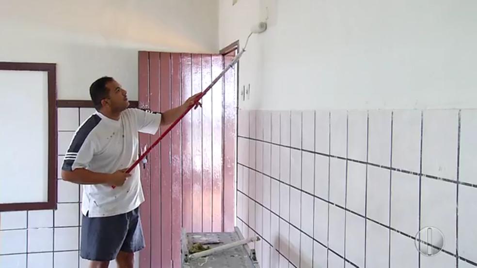 PMs pintaram paredes para limpar sujeira e remover menções a facções criminosas (Foto: Reprodução/Inter TV Cabugi)
