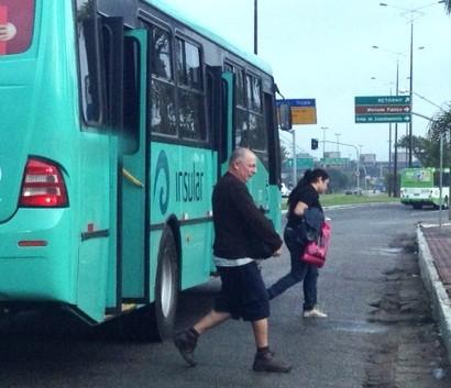 Ônibus voltaram a circular no início da manhã desta quarta (12) (Foto: Naim Campos/RBS TV)