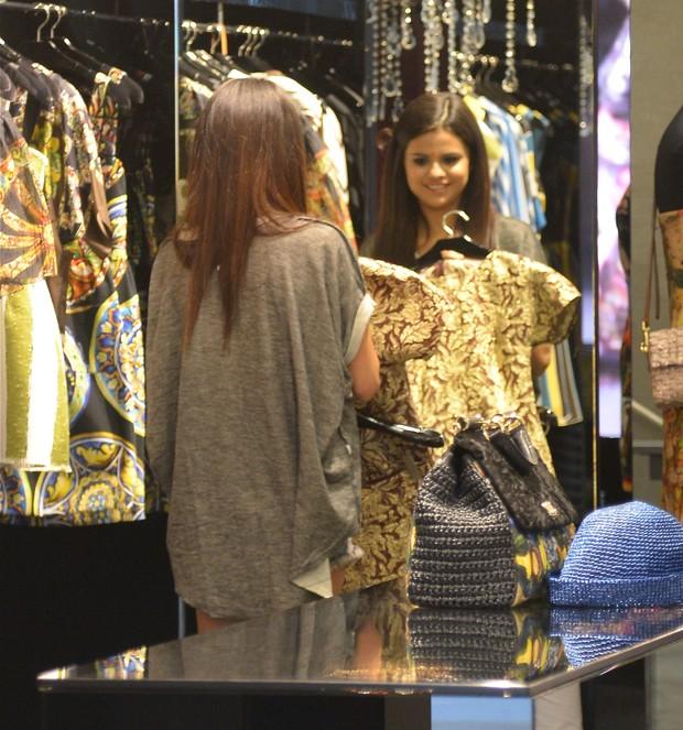 Selena Gomez em loja em Los Angeles, no Estados Unidos (Foto: Splash News/ Agência)