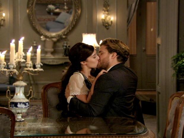 Laura e Edgar dão beijos apaixonados nos quatro cantos da casa! (Foto: Lado a Lado / TV Globo)