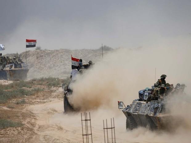 Polícia federal do Iraque avança nesta terça-feira (24) com militantes xiitas por Falluja, a 50 km de Bagdá (Foto: REUTERS/Thaier Al-Sudani)