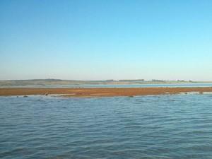 Bancos de areia antes submersos já são vistos no rio (Foto: Cláudio Nascimento / TV TEM)