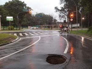 Buraco CTA São José dos Campos (Foto: Eduardo Marcondes/TV Vanguarda)
