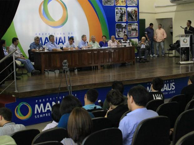 Prefeito sancionou o Plano Diretor na tarde desta quinta-feira (16) (Foto: Romulo de Sousa/G1 AM)