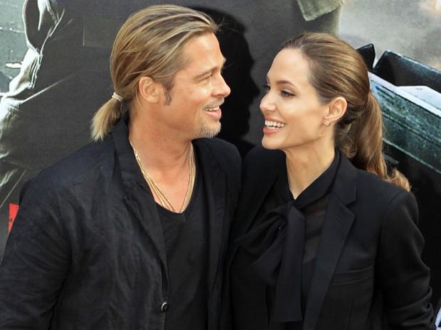 Brad Pitt e Angelina Jolie divulgam o filme 'Guerra Mundial Z' em Paris, na França, nesta segunda (3) (Foto: AP Photo/Remy de la Mauviniere)